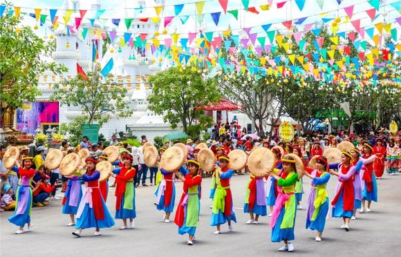 雄王忌辰各民族同胞遊行活動。