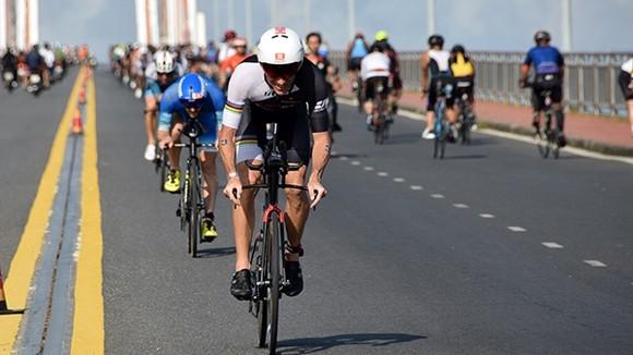 運動員參加自行車賽。