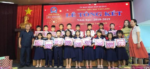 校委頒獎給優秀生。