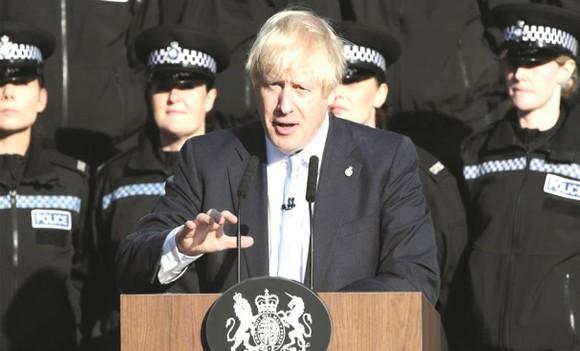 約翰遜在一間警察培訓中心發表演講。