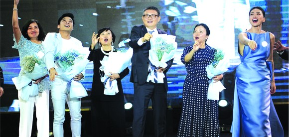 郭志峰先生((右三)在台上啟動「夢想飛機」儀式。