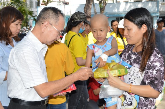 范興主任給病童派發新年禮物。