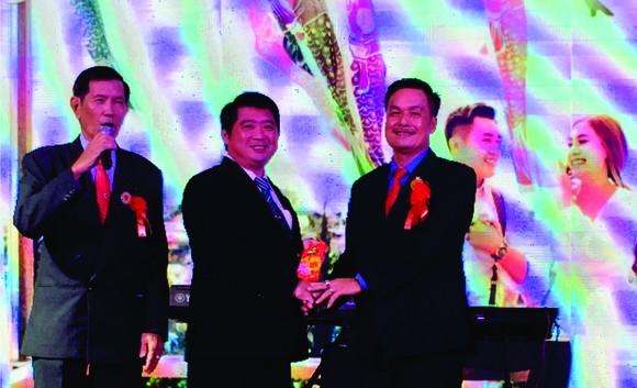 陳昶霖醫師(右一)把重修經費轉交給潁川華文中心代表。