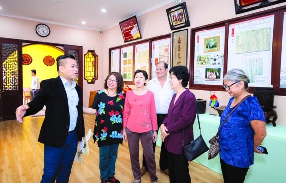麒麟向各位嘉賓介紹其收藏的西堤華人 懷舊物品展。