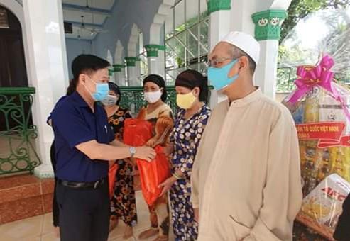 郡越南祖國陣線委員會還向家境貧困的16名回教徒贈送禮物。
