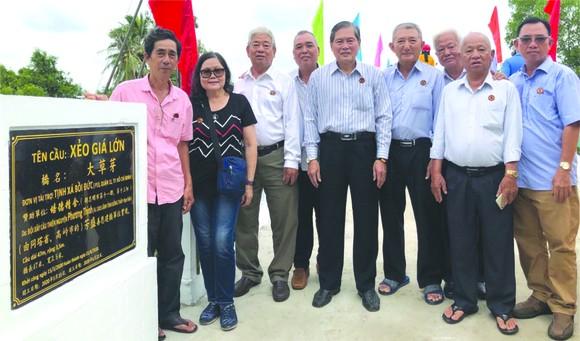 培德精舍護法理事會代表在新橋落成儀式上合照。