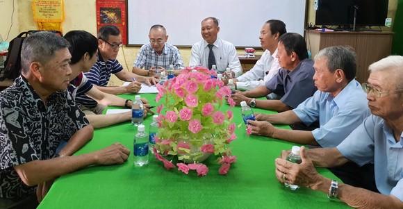 鵝貢市華人在福州公所與本報工作團交流。