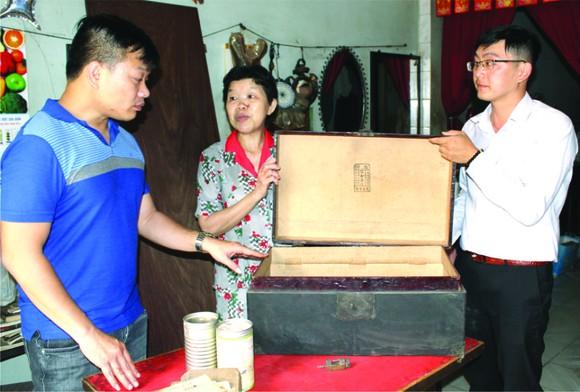 葉雪梅(中)向陳列室捐贈華人懷舊物品。