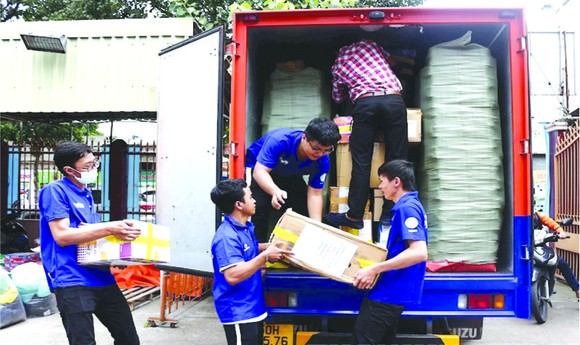 近 20 噸物品移交中部災民