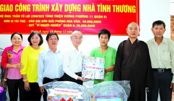 范興主任(左四)與地方領導向陳蘇利(右三) 贈送禮物。