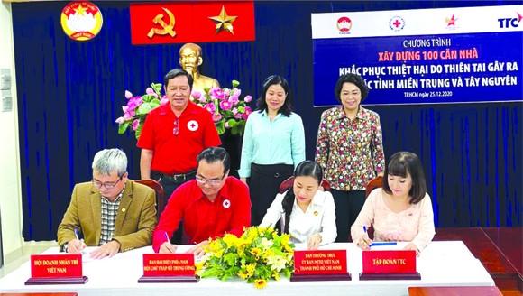 華人企業家黃碧玉(右一)代表成成功集團 簽署協議。