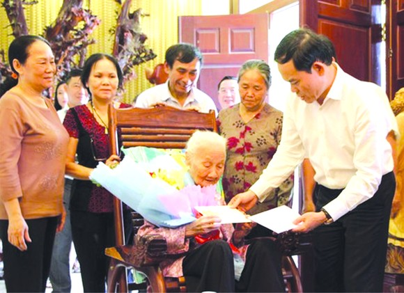 市委常務副書記陳留光看望越南英雄母親。