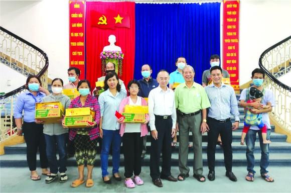 楊順龍先生(右三)與報社領導同受惠者合影。