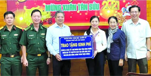 潘嬌清香同志(右三)贊助平福省歲暮濟貧活動5億元。