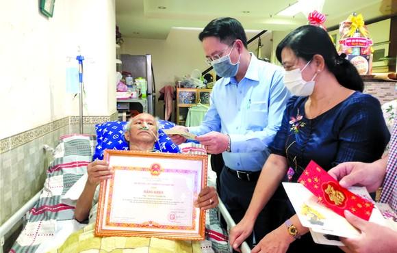 本市代表團探望華人退休幹部王再福。