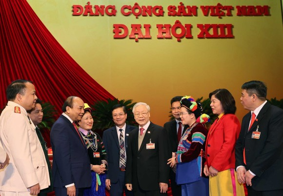 黨中央總書記、國家主席阮富仲和政府總理阮春福與各代表交流。