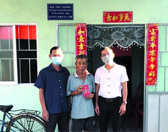 胡永年(右一)與當地政府領導代表 張豐裕先生移交溫情屋。