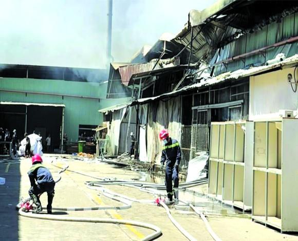 平陽省公安廳消防警察昨(5)日及時控制該省新淵市新福慶坊某家成衣公司的火警。