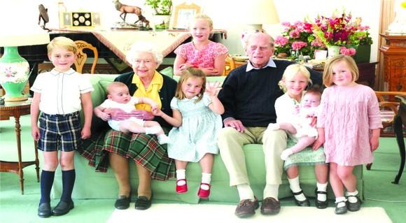 """英國王室推特""""The Royal Family""""14日起公開一系列菲利普親王的生活照,其中更包含一張從未對外公開過的溫馨""""曾孫滿堂""""大合影"""