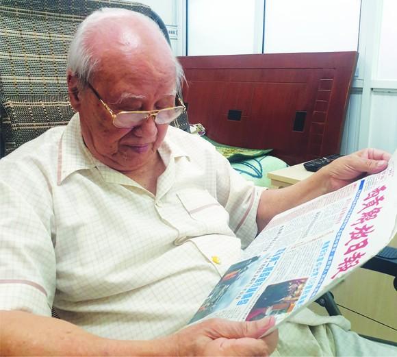 90餘高齡的林漢強每天都閱讀華文報。