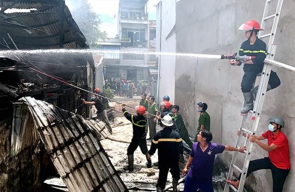 昨(21)日上午10時40分左右,安江省東川市美隆坊平隆6村陳日燏街發生一場火警,致三間住房被燒毀。
