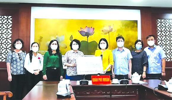市越南祖國陣線委員會主席蘇氏碧珠向富潤郡贈送一億元抗疫資金。