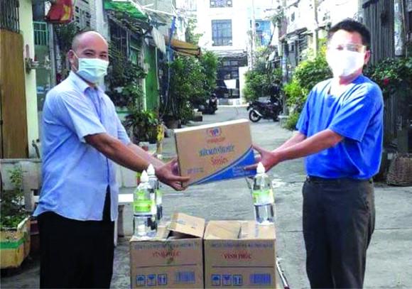 向平新郡平治東坊民眾捐贈口罩 與消炎漱口液。