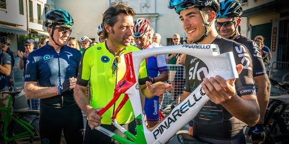 Fausto Pinarello đang khoe một thiết kế khung sườn xe đua hiện đại cho các tay đua Sky