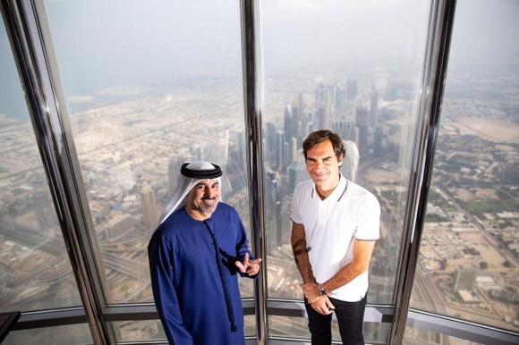 Federer và Giám đốc điều hành Dubai Championships trên tòa tháp Burj Kahlifa