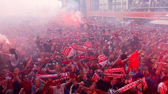 Twente vô địch Hạng nhất Hà Lan: 20 ngàn CĐV ăn mừng như giành Champions League, pháo sáng mịt mùng ảnh 3
