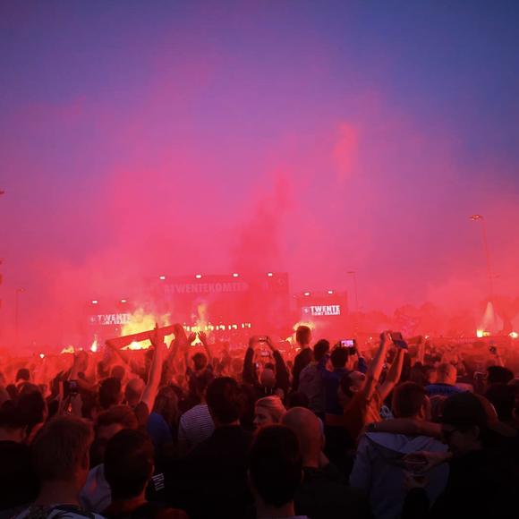 Twente vô địch Hạng nhất Hà Lan: 20 ngàn CĐV ăn mừng như giành Champions League, pháo sáng mịt mùng ảnh 4