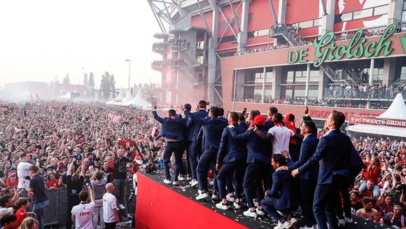 Twente vô địch Hạng nhất Hà Lan: 20 ngàn CĐV ăn mừng như giành Champions League, pháo sáng mịt mùng ảnh 8