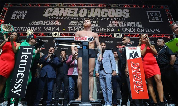 Quyền Anh: Alvarez suýt choảng Jacobs trong buổi cân trọng lượng, trận đấu 45 triệu USD nóng dần ảnh 1