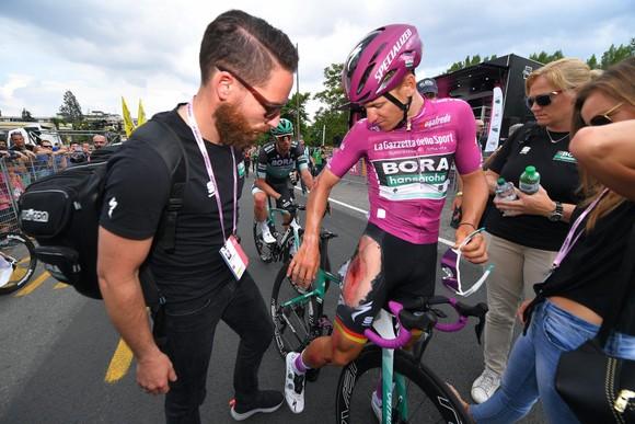 Giro d'Italia: Ackermann ngã xe nặng, để Demare thắng chặng 10, Áo tím lâm nguy ảnh 2