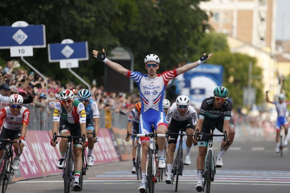 Giro d'Italia: Ackermann ngã xe nặng, để Demare thắng chặng 10, Áo tím lâm nguy ảnh 3