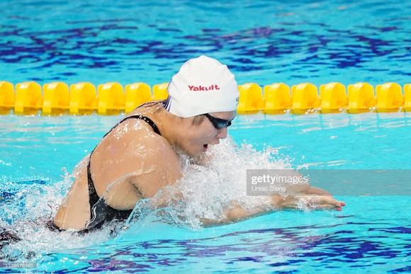 Vừa quay trở lại, nữ kình ngư từng bơi nhanh hơn cả nam VĐV Mỹ thắng ngay HCB ảnh 1