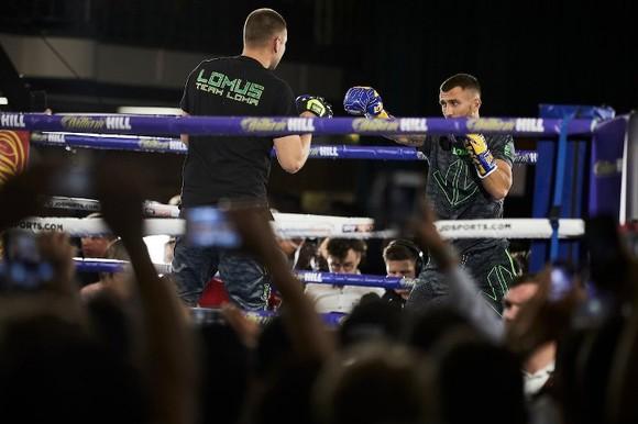 Quyền Anh: Luyện quyền với bóng quần, Lomachenko khiến Nhà thi đấu O2 (London) náo loạn ảnh 12