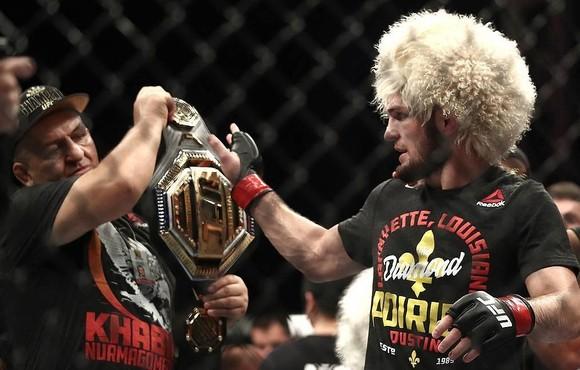 """UFC 242: """"Đại bàng Nga"""" Khabib lại lừa thế siết cổ khiến đối thủ phải đập tay xin hàng ảnh 4"""