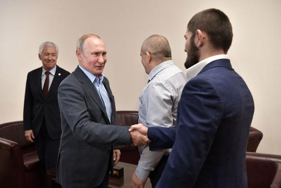 """UFC: Tổng thống Putin triệu kiến """"Đại bàng Nga"""" Khabib, khen đòn siết cổ kinh điển ảnh 3"""