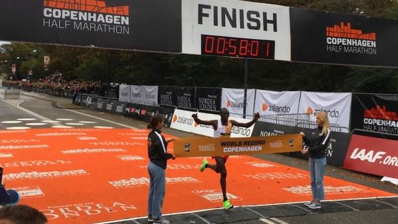 Chạy bán marathon với thành tích 58 phút 1 giây, Kamworor phá kỷ lục thế giới ảnh 3