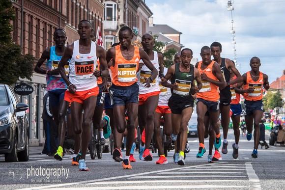 Chạy bán marathon với thành tích 58 phút 1 giây, Kamworor phá kỷ lục thế giới ảnh 1