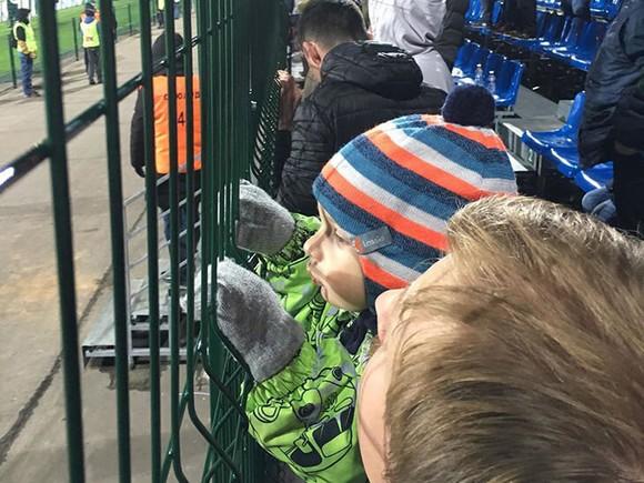 """CĐV Spartak Moscow bị cảnh sát """"nhốt trong chuồng"""" khi đến sân của KAMAZ ảnh 1"""