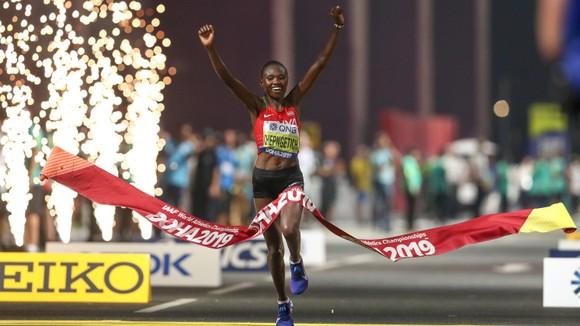 Giải điền kinh thế giới 2019: Chạy marathon, bà mẹ 3 con 41 tuổi về đích lúc 2 rưỡi sáng, xếp hạng 6 ảnh 1
