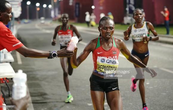 Giải điền kinh thế giới 2019: Chạy marathon, bà mẹ 3 con 41 tuổi về đích lúc 2 rưỡi sáng, xếp hạng 6 ảnh 4