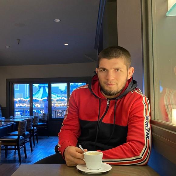 Khabib tươi tỉnh uống cà phê