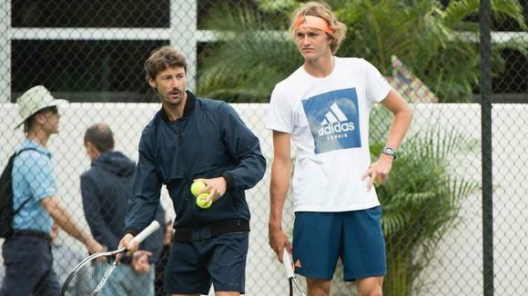 Điệu bô rất xao nhãng của Zverev khi được Ferrero chỉ dạy