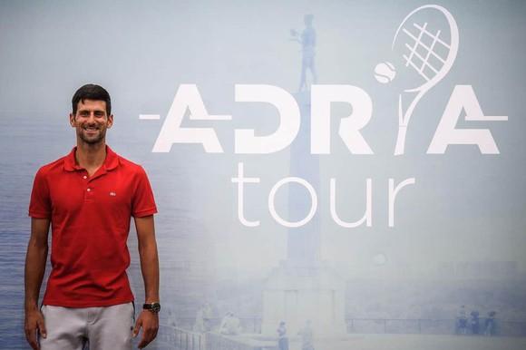 Hình ảnh Djokovic quảng bá cho Adria Tour, và giờ đây, trở thành đối tượng bị chỉ trích