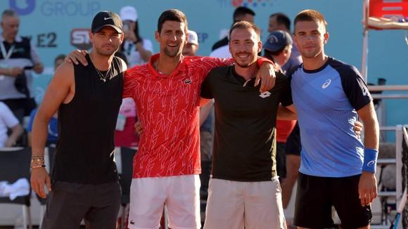 """Dimitrov (ngoài cùng bên trái) bị cha của Djokovic cáo buộc là """"trường hợp siêu lây nhiễm"""""""