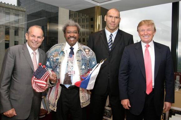 Valuev chụp hình kỷ nhiệm cùng với ông bầu Don King (trái) và Tổng thồng Mỹ Donald Trump (phải)