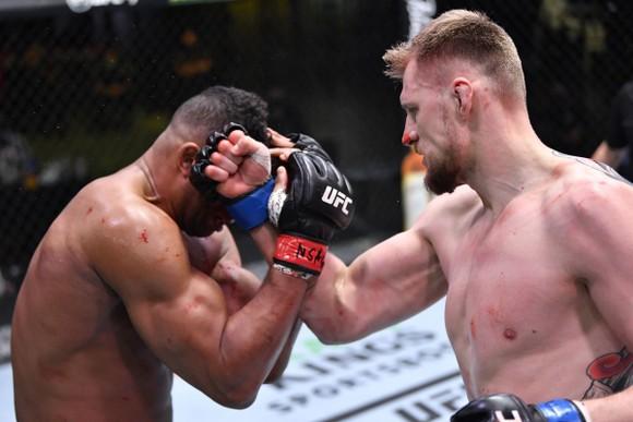 Alexander Volkov kể sự thật rùng rợn ở UFC Vegas 18:  Nghe thấy Alistair Overeem thở khò khè sau khi ăn quyền đổ máu ảnh 1